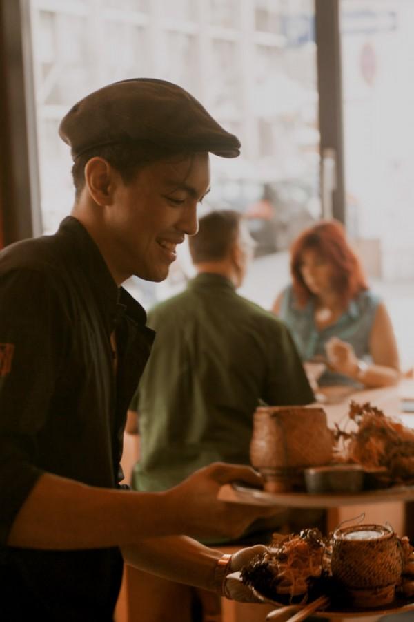 Service mit laotischem Essen